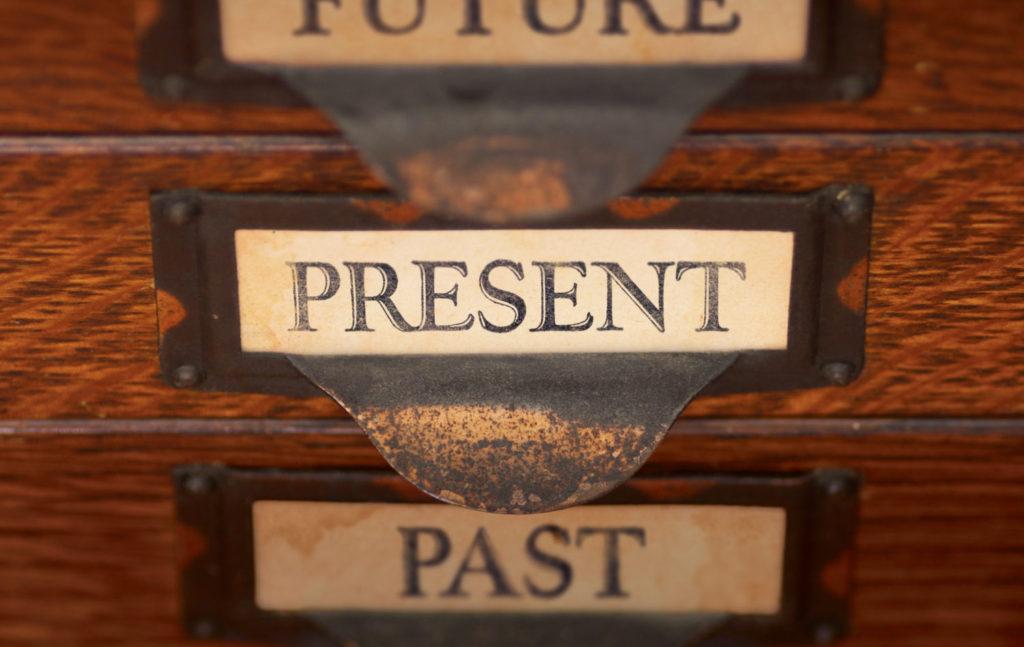 無意識に過去のトラウマに浸っている状態から「いまここ」に戻ってこよう